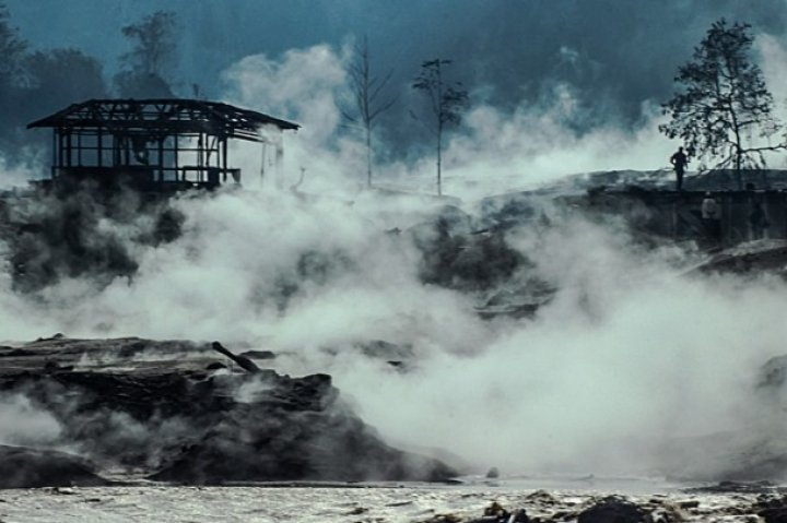 Lavlar yerleşim birimlerini yaktı