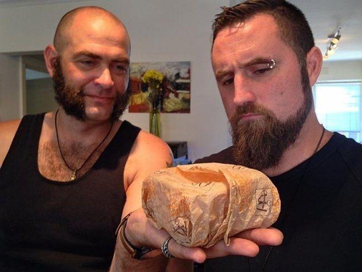 20 yıl önce aldıkları hamburgeri açtılar
