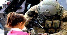 Güvenlik güçleri vatandaşlara yardım dağıttı