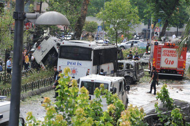 Fatih'te polis aracına bombalı saldırı