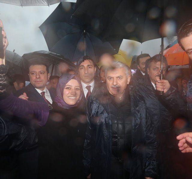 Binali Yıldırım'a İzmir'de yağmura rağmen yoğun karşılama