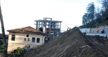 Sürmene'de bir mahalle kayıyor, binalar boşaltılıyor
