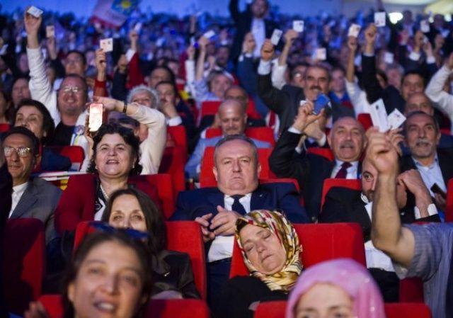 Meral Akşener konuşurken partililer uyudu