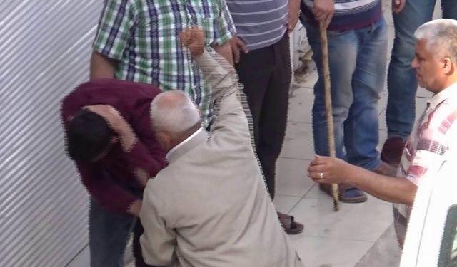 Sokak ortasında oğlunu dövdü