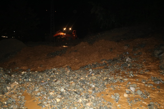 Sel ve heyelan Rize yolunu ulaşıma kapadı