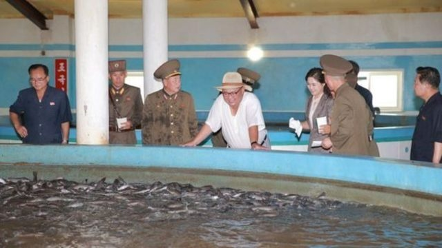 Kuzey Kore lideri Kim Jong-un fanilayla fabrika denetledi