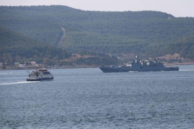 Rus savaş gemileri peş peşe geçti