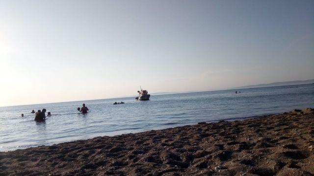 Denizde yüzen kızın yüzüne yapıştı, kimse ne olduğunu anlamadı