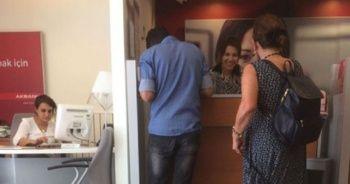 Bankaya girdi, yanındakini gören herkes fotoğrafını çekmeye başladı!