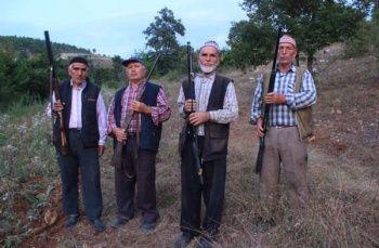 Köyün dibine kadar gelince silahlarına sarıldılar