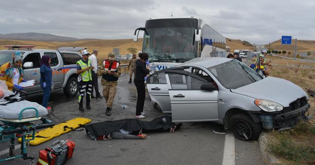 Yolcu otobüsü otomobil ile çarpıştı, ölü ve yaralılar var