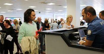 Pasaport kontrolünden çıkan turist aile, karşısında protokolü görünce...
