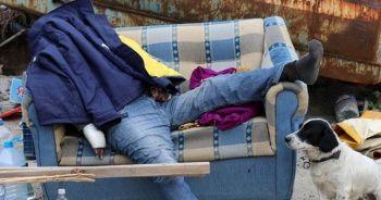 Dehşet! Evini satıp sokakta yaşayan adam, koltukta bu halde bulundu...