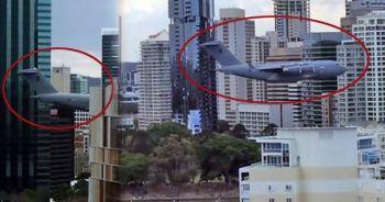 Savaş uçağı gökdelenlerin arasına daldı!