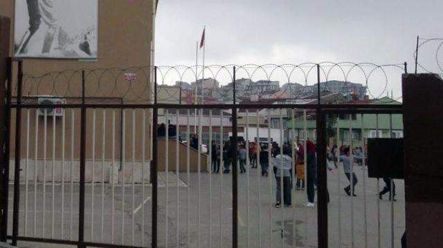 Okul bahçesine girdiler! Polis vurarak durdurdu