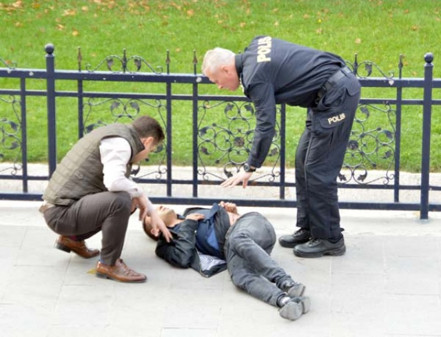 Kalabalığa aldırmadan sokak ortasında hasmını vurdu