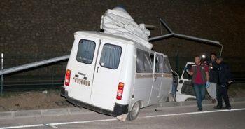 Elektrik direğine çarpan minibüs parçalandı! Çok feci...