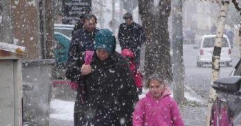 Güne kar yağışı ile uyandılar