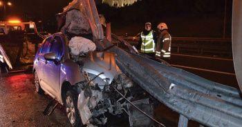 TEM'de feci kaza! Bariyerler araca saplandı