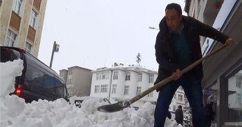 Yarım metre kar yağdı, araçlar yolda kaldı