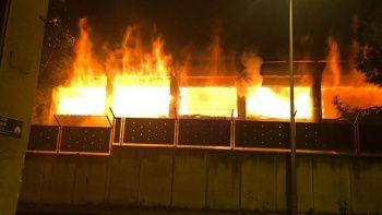 Depreme dayanıksız olduğu için boşaltılan okulun spor salonu yandı