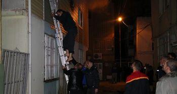 Yangında mahsur kalan 4 kişi merdiven sayesinde kurtuldu