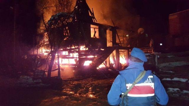 2 Katlı ahşap ev alev alev yandı, 6 kişilik aile evsiz kaldı