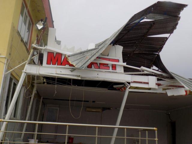 Hortum, marketi yıktı geçti