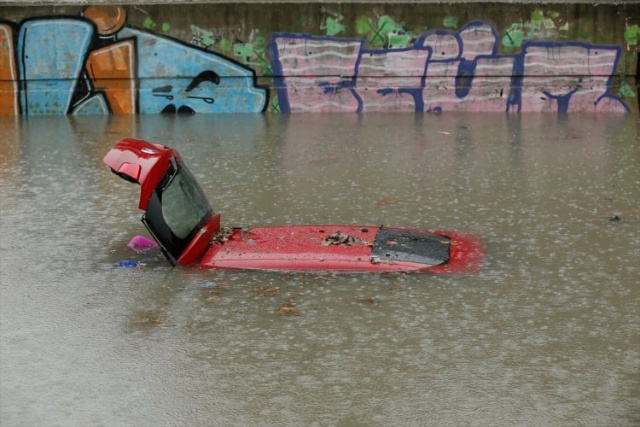 Bir aylık yağış üç günde yağınca İzmirlinin hayatı felç oldu