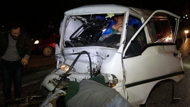 Feci kaza: Sürücü direksiyonda sıkıştı