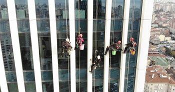 130 metre yükseklikte temizlik işçilerinin ekmek mücadelesi