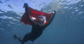 Şahika Ercümen'den Antarktika'da tarihi dalış! Türk bayrağını dondurucu sularda dalgalandırdı