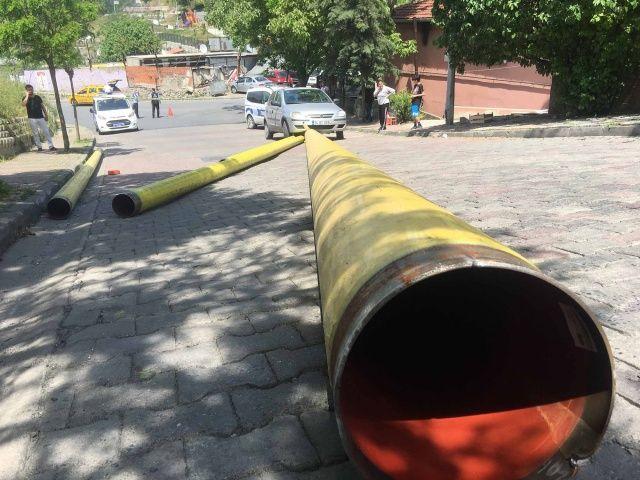 Kağıthane'de doğalgaz borusu taşıyan tırın halatları koptu
