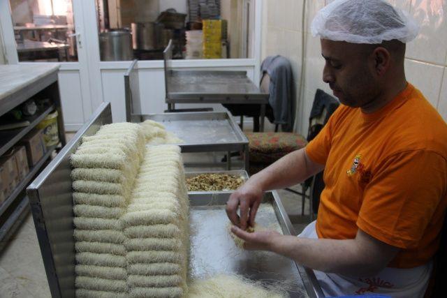 Erzurum'da iftar sofralarının vazgeçilmez tatlısı kadayıf dolması