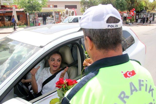 Yaya uygulamasında gül uzatılan kadın sürücü şok oldu