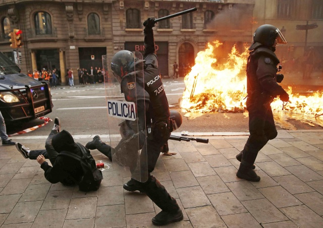 İspanya'da hayat durdu! Katalanlar Barcelona sokaklarını ateşe verdi