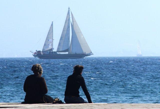 Sahil şeridinden geçen dev yelkenlileri turistler pür dikkat izledi