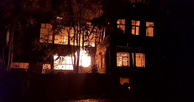 Tarihi pazarda korkutan yangın: 2 ahşap bina küle döndü