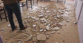 Ders anında tavandaki sıvalar döküldü! Öğrenciler faciadan şans eseri kurtuldu