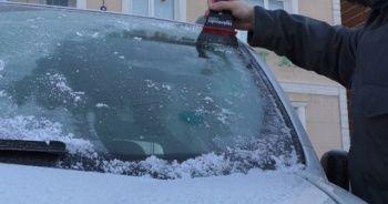 Kars donuyor, çok sayıda aracın camı buz tuttu