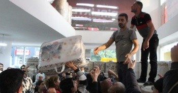 Fiyat 20 liraya düştü! Dükkana akın eden vatandaşlar birbirini ezdi