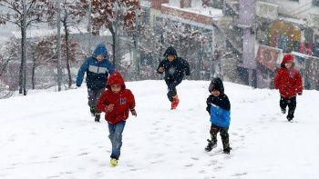 Kar yağışı etkili oluyor! Tatil haberleri peş peşe geliyor