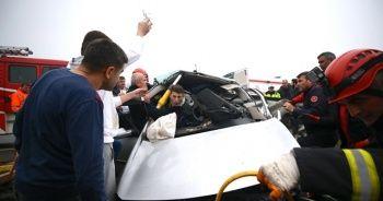 Kaza yapan sürücüyü kurtarma ekipleri sakinleştirdi