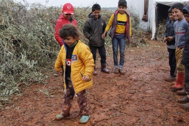 Savaşın çocukları acılarını unutmaya çalışıyor