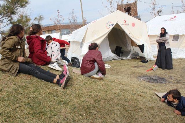 Depremzede anne 6 çocukla çadırda hayata tutundu
