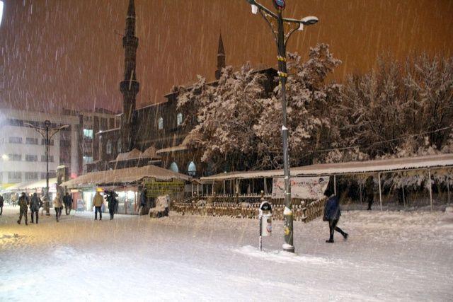 Şehirde kar yağışı etkisini artırıyor