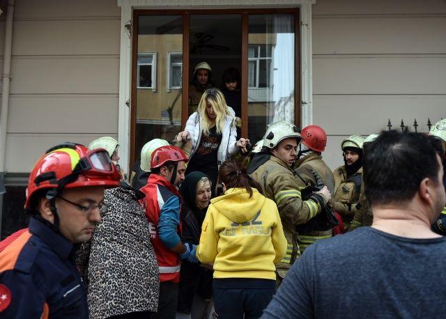 İstanbul'da çöken binadan ilk kareler