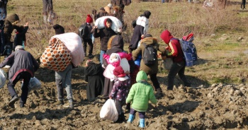 Göçmenler sınırlara akın ediyor
