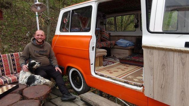 Korana tehdidi nedeniyle evde değil, minibüste kalıyor