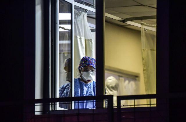 Koronavirüsün en ön saflarında çalışan sağlık savaşçıları görüntülendi